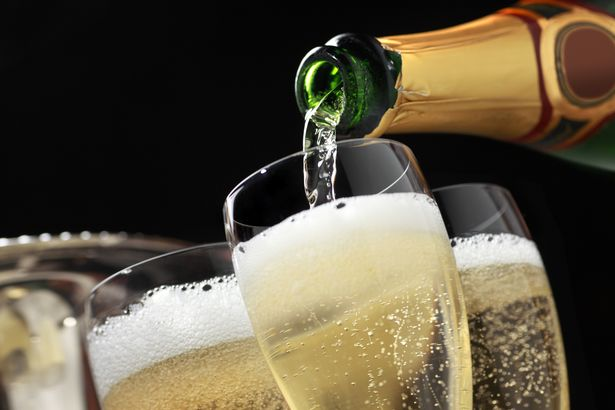 Второй прямой эфир - 07 декабря - Страница 14 Champagne-being-poured-into-glasses-from-bottle
